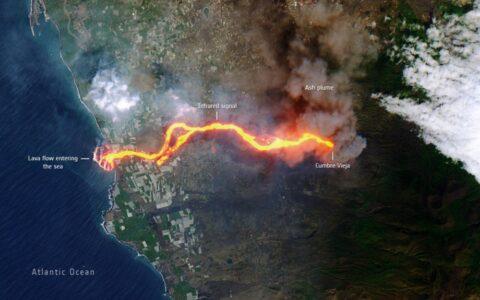 """令人震驚的衛星圖像顯示熔岩從拉帕爾馬火山""""燒向大海""""的路徑"""