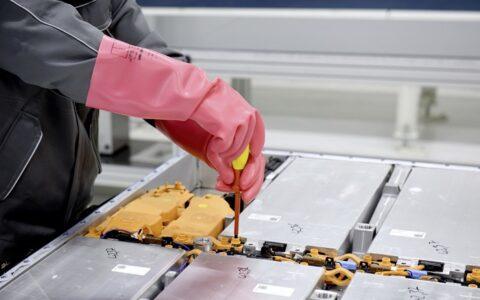 第一波新能源汽車動力電池退役潮臨近 工信部要求做好回收利用工作