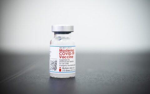 FDA授權Moderna/強生為65歲及以上、高風險人群提供新冠疫苗加強針