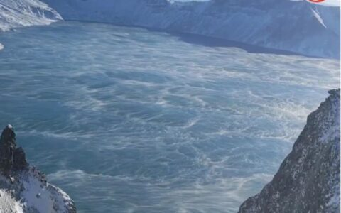 因氣溫驟降 長白山天池現翻江倒海般奇觀